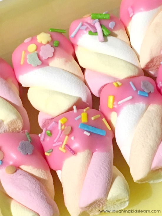 Marshmallow sweet treats for children to enjoy, especially those children having a unicorn party. This unicorn food is fun and great.