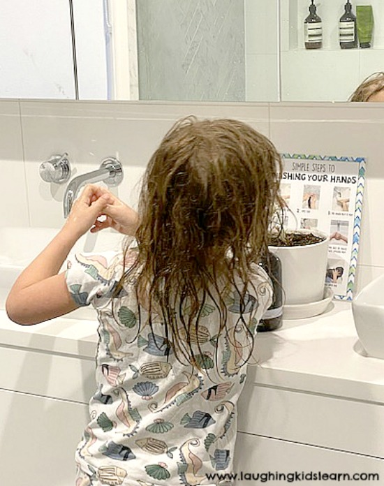 Child following steps to correctly wash hands. #washyourhands #howtowashyourhands #preschool #kindergarten #earlyyears #backtoschool #washinghands #who #washhands #socialskills #toilettraining #pottytraining #cleanhands #germs #killgerms
