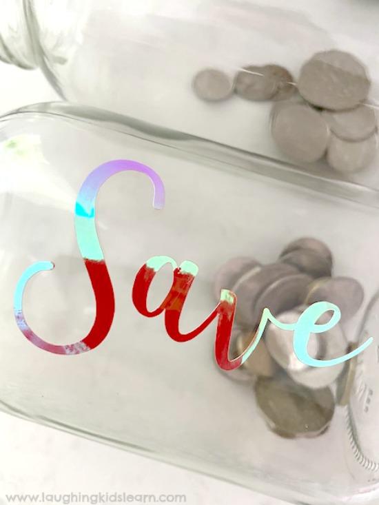Adding text to glass jar by Cricut #cricut #cricutmaker #cricutproject #cricutlabels #cricutlabel #howtocricut #teachkidsmoney #kidsmoney #pocketmonkey #moneybox #moneyboxes
